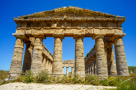 templo griego: Old greek temple at Segesta, Sicily, Italy