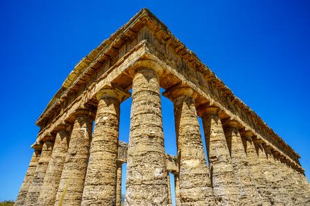 templo griego: Antiguo templo griego en Segesta, Sicilia, Italia Foto de archivo