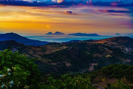 モンタルバーノ Elicona、エオリア諸島、イタリア シチリア島のビューから美しい夕日。