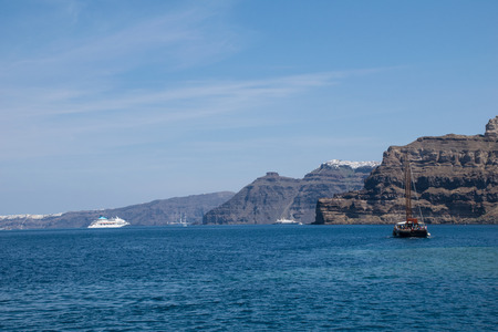fira: Overlooking the Steilkste of Santorini with Fira and Oia