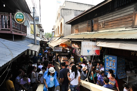 SAMUT SONGKHRAM THAILAND-APRIL 21: Amphawa floating market.Interested in buying popular consumer product And explore the beauty Lifestyle along the river.on April 21,2012 in Samut Songkhram Thailand. Stock Photo - 13337356
