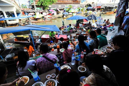 SAMUT SONGKHRAM THAILAND-APRIL 21: Amphawa floating market.Interested in buying popular consumer product And explore the beauty Lifestyle along the river.on April 21,2012 in Samut Songkhram Thailand. Stock Photo - 13337357