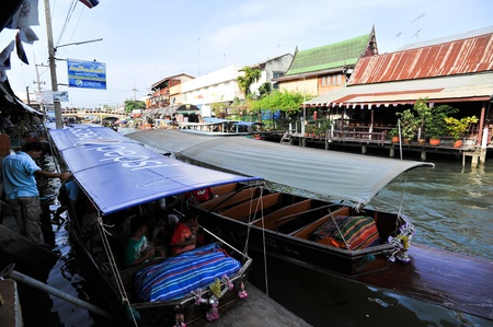 SAMUT SONGKHRAM THAILAND-APRIL 21: Amphawa floating market.Interested in buying popular consumer product And explore the beauty Lifestyle along the river.on April 21,2012 in Samut Songkhram Thailand. Stock Photo - 13337349