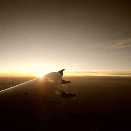 plan éloigné: Temps de déplacement en avion est le coucher du soleil.