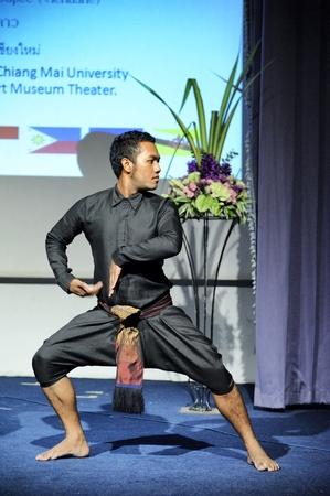 pantomima: Chiang Mai Tailandia-febrero 23: T�teres ASEAN Encantador 2013.Unidentified gestos de danza y pantomima hombre Tailandia en la CMU. Arte Center.on febrero 23,2013 en Chiang Mai, Tailandia Editorial