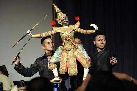 pantomime: Chiang Mai, Tailandia-febrero 23: ASEAN Puppets Encantador 2013.Unidentified hombres Joe Louis gestos de danza y pantomima Tailandia en la CMU. Arte Center.on febrero 23,2013 en Chiang Mai, Tailandia