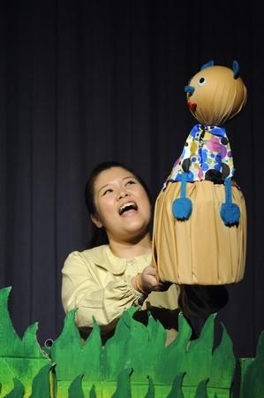 pantomima: Chiang Mai Tailandia-febrero 23: ASEAN Puppets Encantador 2013.Unidentified mujer Wayang Kulit gestos de danza y pantomima Tailandia en la CMU. Arte Center.on febrero 23,2013 en Chiang Mai, Tailandia Editorial