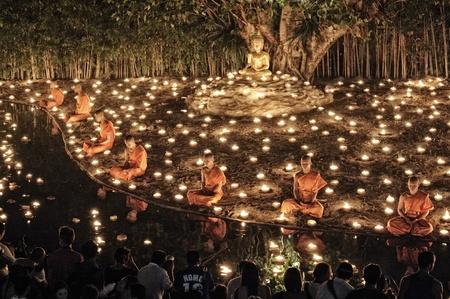 Chiang Mai Tajlandia-25 lutego: Makha Bucha Day.Traditional mnisi buddyjscy sÄ… zapalajÄ…c Å›wiece na uroczystoÅ›ci religijnych na Wat Phan Tao temple.on lutego 25,2013 w Chiang Mai w Tajlandii