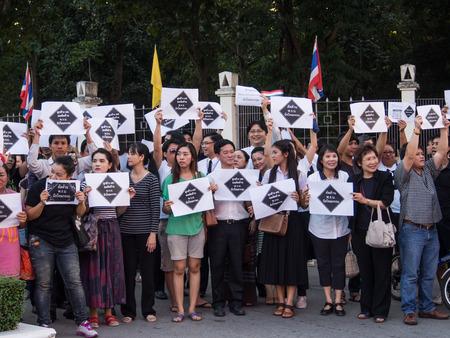 af: Chiang Mai Tayland-6 Kasım Hayır Af Bill İnsanlar izlerini taşımakta ve Chiangmai, Tayland Kasım 6,2013 üzerinde Chiang Mai Üniversitesi hükümete karşı miting sesleniyor