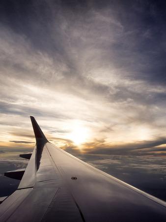 plan éloigné: temps de Voyage Avion est le coucher du soleil