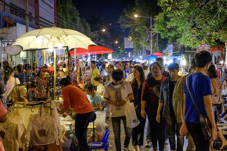 sunday market: CHIANG MAI, Tailandia - 08 de marzo: mercado de los domingos a pie de calle, marketing Noche y comercializaci�n de los turistas locales vienen a comprar como souvenirs. el 8 de marzo de 2015, de Chiang Mai, Tailandia. Editorial