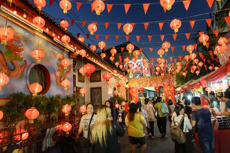 viaje familia: Chiang Mai de Tailandia - 29 de enero, 2017 Año Nuevo chino en Tailandia, los turistas no identificados muchos turistas vienen a caminar en el mercado chino. con el fin de comprar alimentos una variedad de deliciosos sabores.