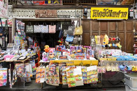 SUPHAN BURI THAILANDIA - 29 APRILE 2017: SAMCHUK MARKET 100 ANNI, turisti non conosciuti diventano vecchi mercati di shopping è famoso per il cibo, dolci cibi e souvenir. Apri tutti i giorni, luoghi consigliati. Archivio Fotografico - 83642212