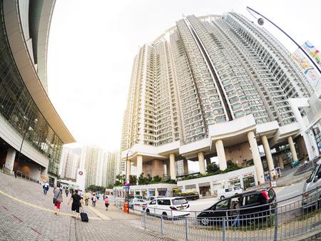 香港, 中国 - 2014 年 7 月 7 日: 香港市内、高層マンションの建物のほとんどは高価な自然に近いがより高価になりますがある場合。