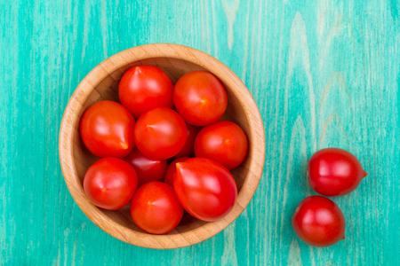 mayonesa: Tomates en un plato y sobre una mesa de madera