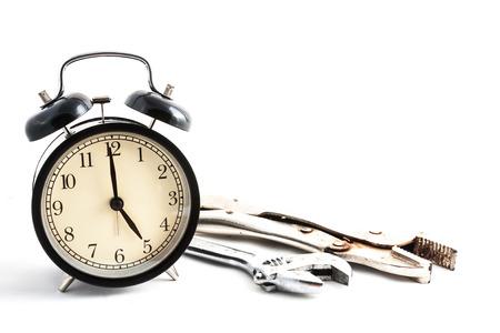 복고풍 시계와 렌치 격리 된 흰색