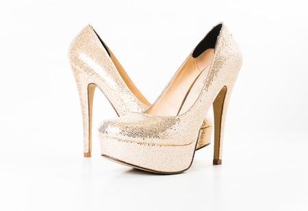 fashion gouden vrouwelijke schoenen met hoge hakken op een witte geïsoleerde Stockfoto