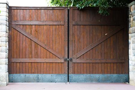 hing: gran puerta de madera Foto de archivo
