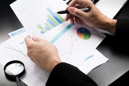 사업가 찾고 차트 및 그래프 결과 스톡 콘텐츠