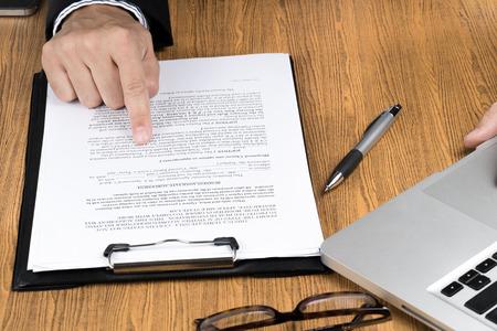 documentos: comprobando la mano de negocios documento de marketing Foto de archivo