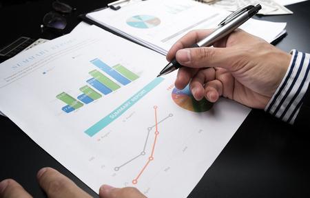 recursos financieros: Análisis del hombre de negocios y el informe financiero.