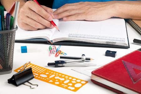 교육 메모장에 사람이 쓰기 아이디어 스톡 콘텐츠