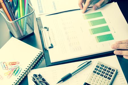 남자 분석 비즈니스 및 재무 보고서.