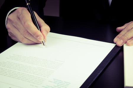 사업가 마케팅 계약을 체결.