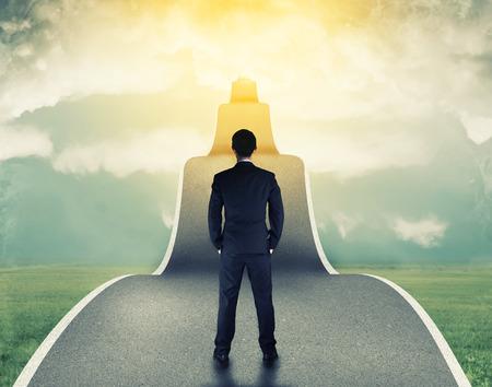 negócio: Homem de negócios na estrada para o sucesso nos negócios