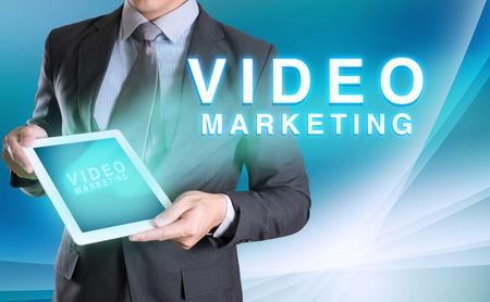 사업가 비즈니스를위한 추상적 인 배경 비디오 마케팅 단어로 태블릿을 들고