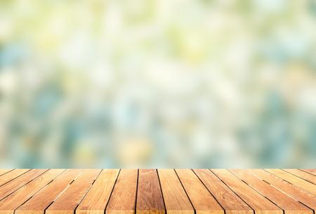 � spring: plataforma de madera con fondo blur Foto de archivo
