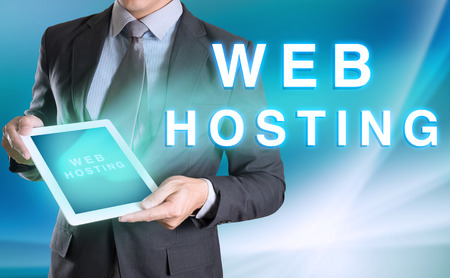 사업가 손, 쇼 웹 호스팅에 컴퓨터 태블릿을 들고입니다.