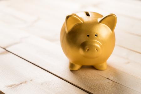 ahorros: hucha de oro para ahorrar dinero. Foto de archivo