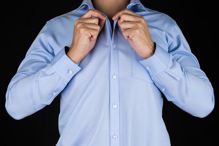 黒背景に青シャツの男 写真素材 - 54932574