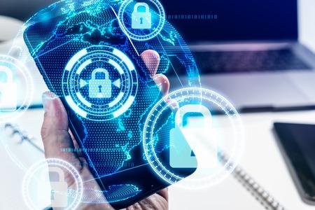 스마트 폰을 사용하는 사업가 손은 사이버 보안으로 보호 스톡 콘텐츠