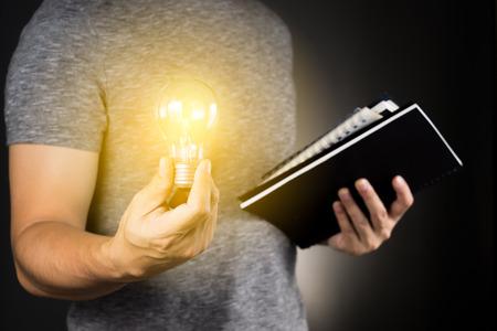 グレーの t シャツ男性照明用電球研究本 .genius コンセプト考えを保持 写真素材