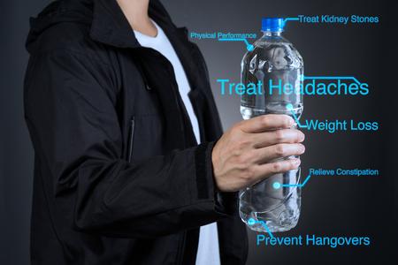 アジアのスポーツを抱きかかえたボトル飲料水説明の利点 写真素材