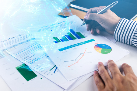 バーのグラフ .global ビジネス、夏の彼の投資の学習をしている実業家の手 写真素材