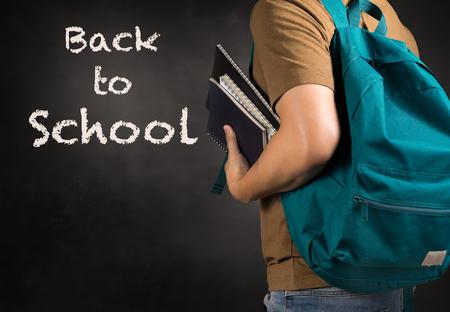 アジア人を運ぶバッグ押し戻る学校概念研究本