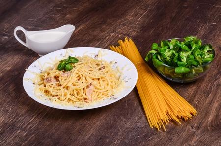 Meat paste. Spaghetti with chicken on a dark wood Reklamní fotografie