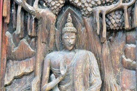 tallado en madera: tallado en madera de fondo en la puerta del templo thai Sa Kamphaeng Yai templo, tailandia