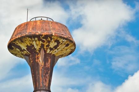 wody wieży: część starej wieży ciśnień z niebieskim tle nieba