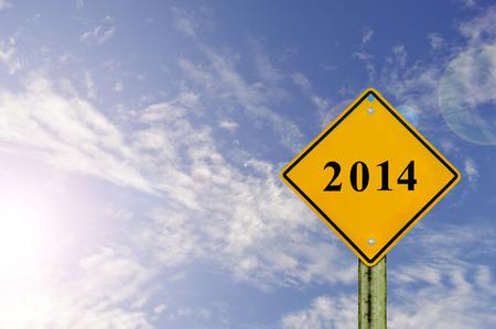 Signe de route pour 2014, avec fond de ciel bleu, bonne et heureuse année 2014 Banque d'images - 23263116