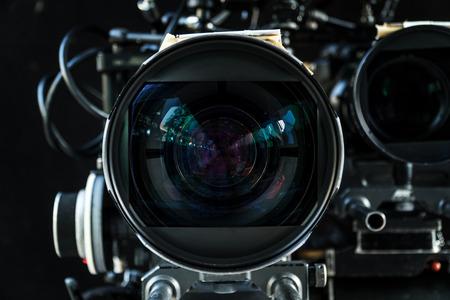 Zbliżenie obiektywu kinowego z dużą ilością sprzętu do kręcenia kina lub filmu w oddziale filmowania. Obiektyw kinowy. Obiektyw fotograficzny.