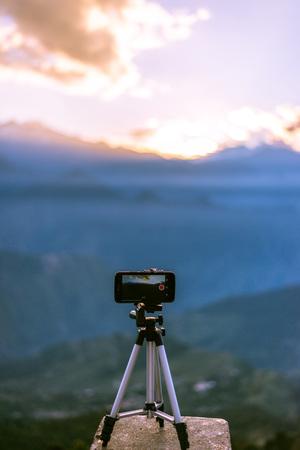 Capturing the Sunrise at Khaliya Top in Mobile, Munsyari - Uttrakhand 免版税图像