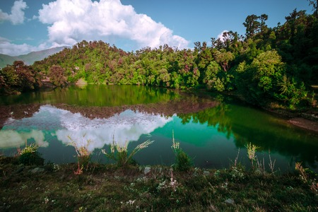 Deoria Tal is a lake about 3 km from the villages of Mastura and Sari on the Ukhimath - Chopta road in Uttarakhand. At an altitude of 2,438 meters. it has heavily wooded, lush green surroundings with snow-covered mountains in the backdrop. Stok Fotoğraf