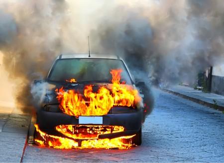 ein Auto in Brand  Standard-Bild