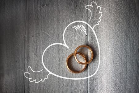 anniversario di matrimonio: Foto di anello di nozze su sfondo di legno