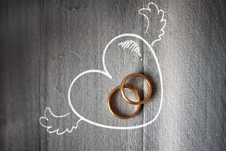 anniversaire mariage: Photo de bague de mariage sur fond de bois