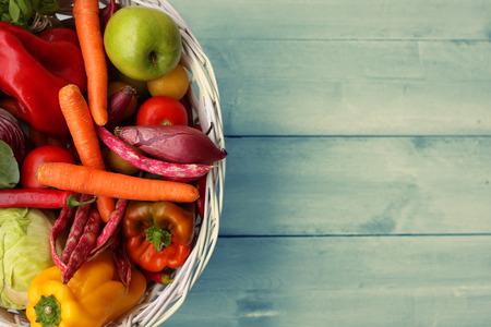 owoców: Zdjęcie z białym koszu z warzyw